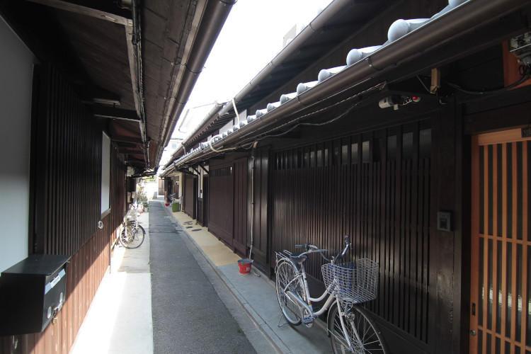 路地と自転車.jpg